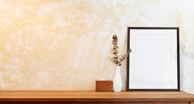 Leeg affichekader op houten lijstwerkruimte en copyspace