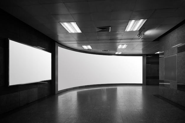Leeg affichemodel in metrostation