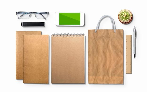 Leeg agenda, blocnote, telefoon en glazen die op wit wordt geïsoleerd. 3d-afbeelding.
