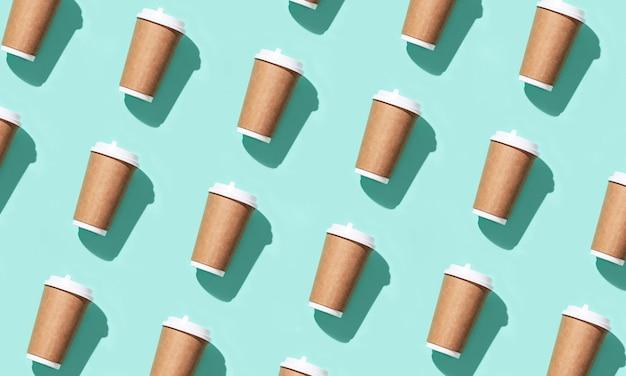 Leeg ambacht neemt een grote papieren beker mee voor koffie of drankjes, verpakkingssjabloon mock-up met hard licht.