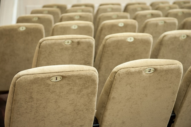 Leeg auditorium met beige stoelen, theater of conferentiezaal