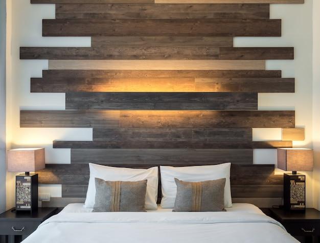 Leeg bed in luxe en natuurlijke slaapkamer