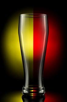 Leeg bierglas op een gekleurde achtergrond