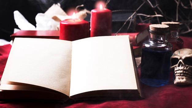 Leeg boek met halloween-decoratie