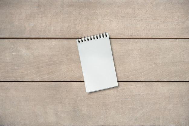 Leeg boek op houten lijst van bruin