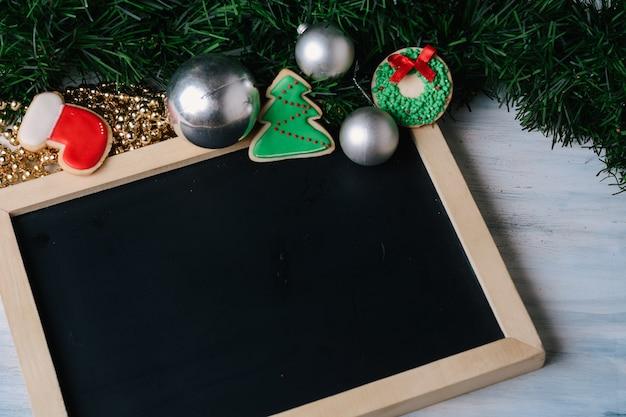 Leeg bord en decoratieve ornamenten.