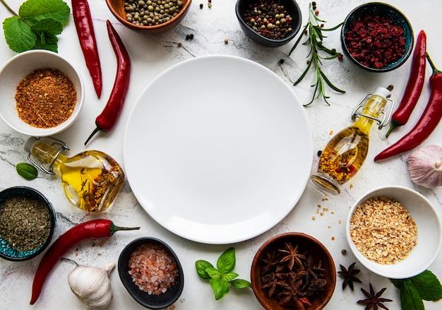 Leeg bord en frame van specerijen
