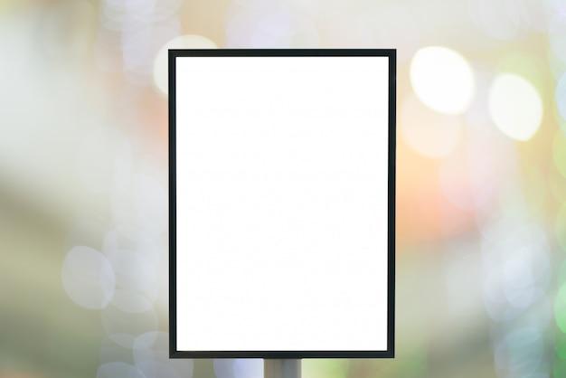 Leeg bord met kopie ruimte voor uw sms-bericht of inhoud in moderne winkelcentrum.