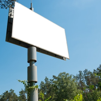 Leeg bord met lege ruimte voor reclame geïsoleerd op wit. vierkante samenstelling