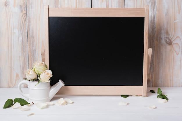 Leeg bord met mooie rozen op houten tafel