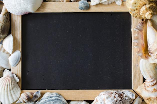 Leeg bord met schelpen