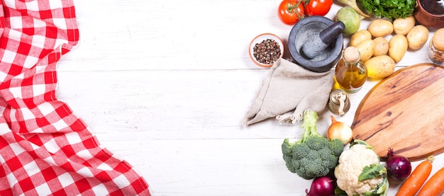 Leeg bord met verschillende producten om te koken op houten tafel. bovenaanzicht met kopie ruimte, banner
