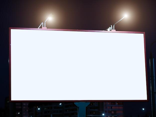Leeg bord met wit scherm voor reclame.