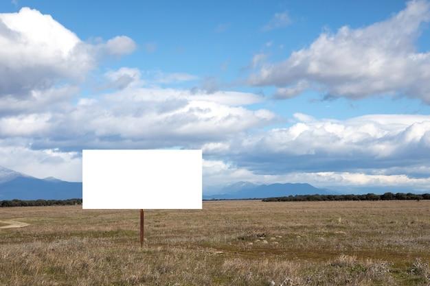 Leeg bord of reclamebord midden in de natuur