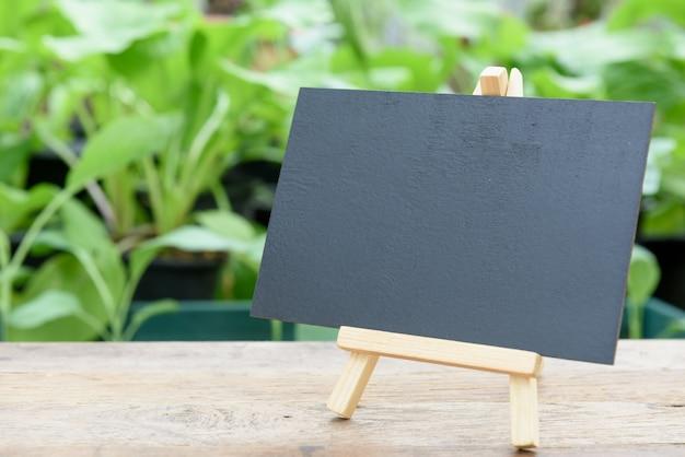 Leeg bord op houten plank voor biologische groenten planten