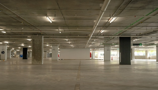 Leeg cement parkeergarage interieur en afrit teken pijl teken in parkeergarage interieur industrieel gebouw of supermarkt.