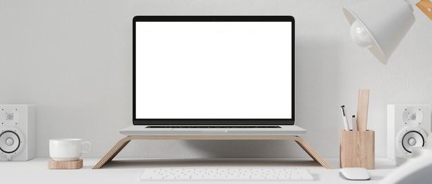 Leeg computerscherm op werktafel.