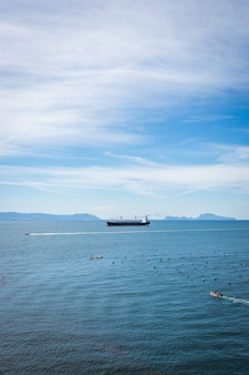 Leeg containervrachtschip in de blauwe zee. luchtfoto