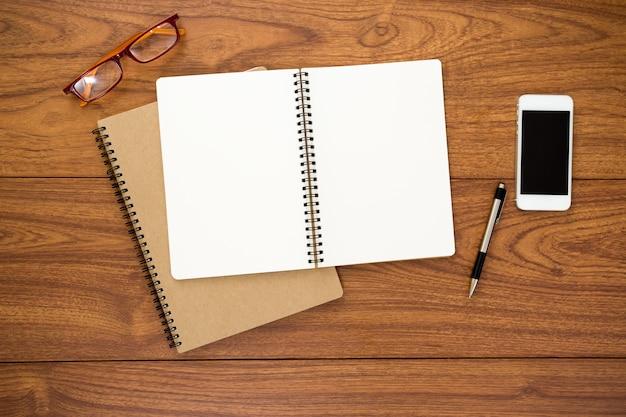 Leeg dagboek op houten achtergrond