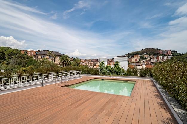 Leeg dak met zwembad. uitzicht op een stad en een berg