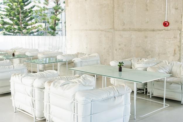 Leeg dek en stoel in café-restaurant