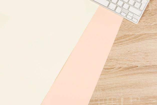 Leeg dubbel document en toetsenbord op houten lijst