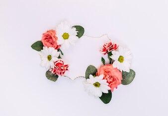 Leeg etiket dat met bloemen en bladeren op witte achtergrond wordt verfraaid