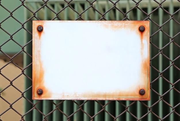 Leeg etiket over een metalen hek