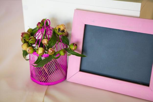 Leeg fotoframe en bloemenboeket
