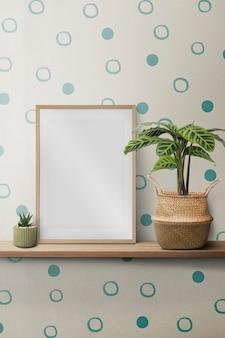 Leeg fotolijstje op een plank