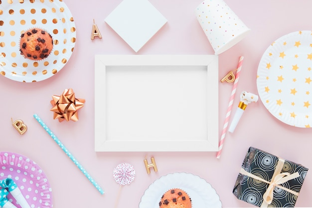 Leeg frame met feestelijke decoraties