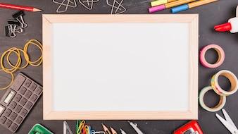 Leeg frame met kantoor- of schoolbenodigdheden