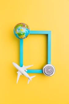 Leeg frame met vliegtuig en globe