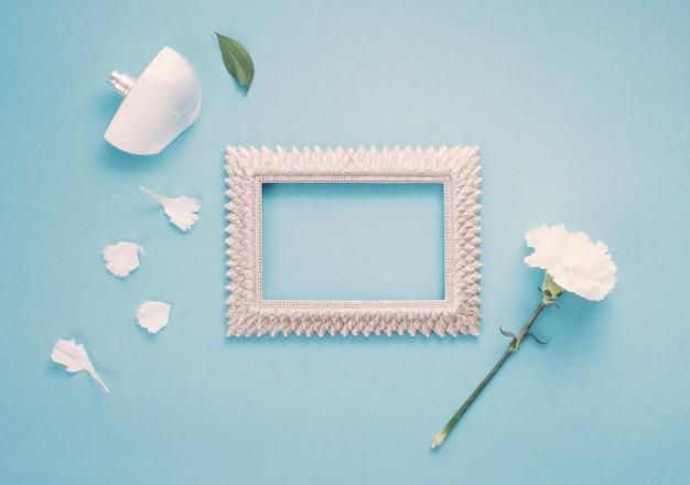 Leeg frame met witte bloem en parfum