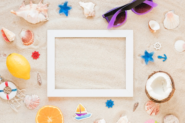 Leeg frame met zonnebril en zeeschelpen