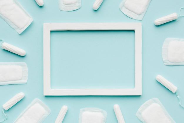 Leeg frame omringd door vrouwelijke producten