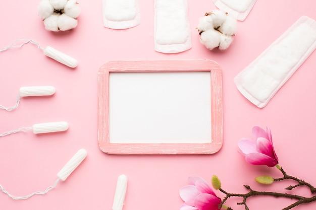Leeg frame omringd door vrouwelijke verzorgingsartikelen