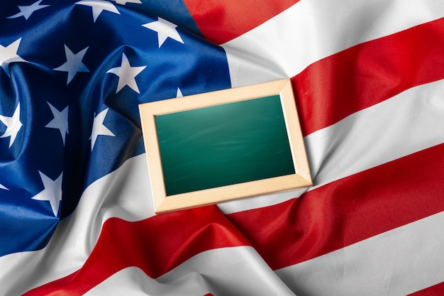 Leeg frame op amerikaanse vlagachtergrond