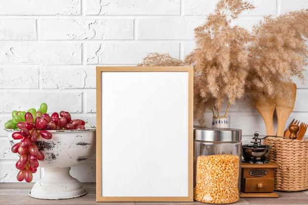 Leeg frame op plank naast bloempotten
