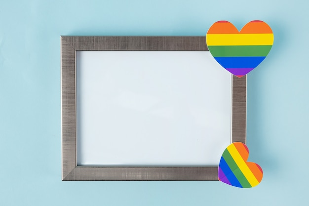 Leeg frame voor tekst, lgbt simbol, homoseksueel op blauwe achtergrond