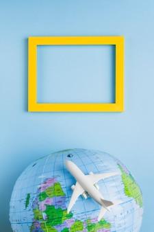 Leeg frame, wereldbol en vliegtuig