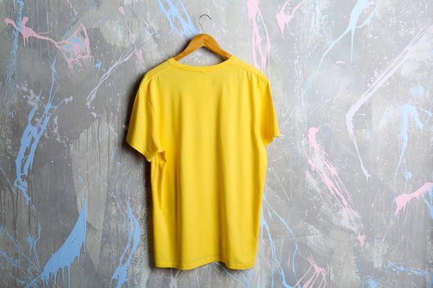 Leeg geel t-shirt op grunge-oppervlak