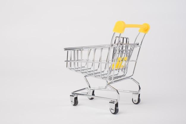 Leeg geïsoleerd kruidenierswinkelboodschappenwagentje