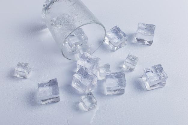 Leeg gevallen glas met ijs