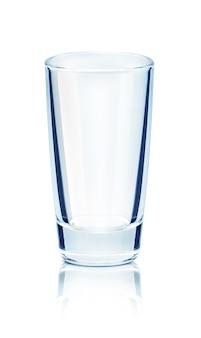 Leeg glas op een reflecterend oppervlak op geïsoleerd op witte achtergrond