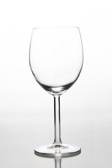 Leeg glas voor wijn in wit