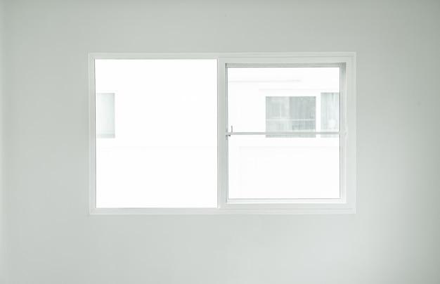 Leeg glasraam interieur op de muur