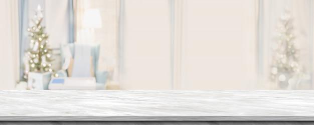 Leeg grijs marmeren lijstbovenkant met abstract warm woonkamerdecor met kerstboomonduidelijk beeld