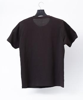 Leeg grijs t-shirt. kleren op geïsoleerde wit.