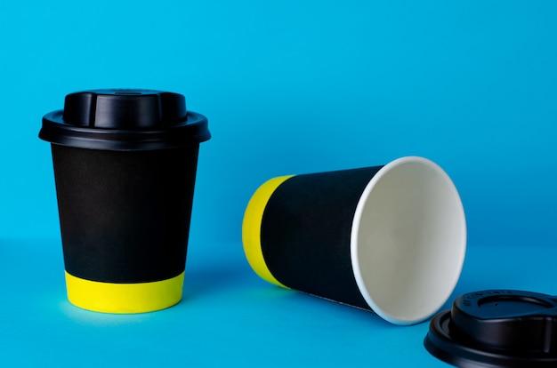 Leeg haal koffiedocument kop op blauwe achtergrond weg.